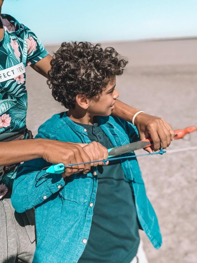 Enfant en cours de kitesurf